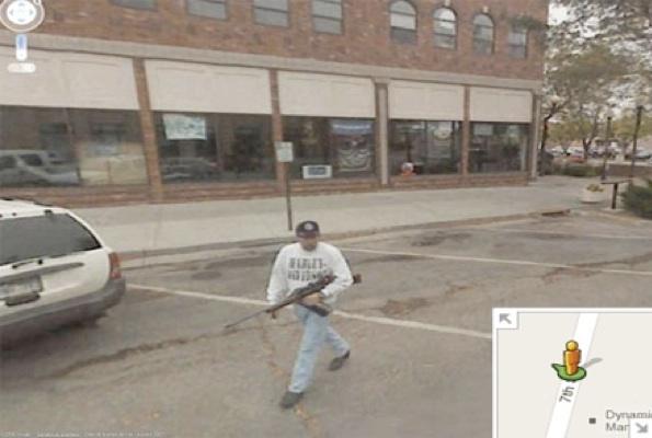 ¿Qué hacer cuando navegando por Google St View te encuentras a un hombre portando un AK47?